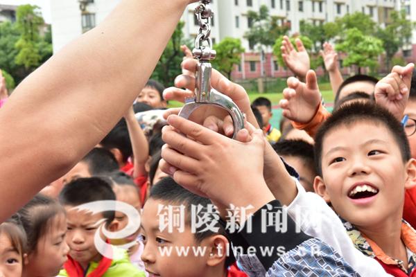 警务实校园进小学_西安新闻网战技锦园铜陵师大图片