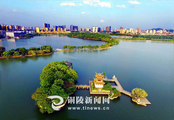 6月25日,天井湖风景区及周边城区蓝天碧水交相辉映,展现出一幅美丽的